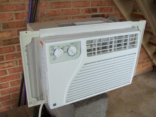 Làm thế nào để làm sạch một máy lạnh điều hòa không khí nằm ở cửa sổ
