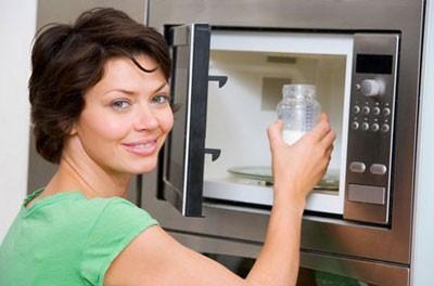 Không nên hâm sữa mẹ bằng lò vi sóng